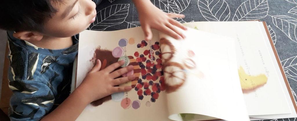 ちゅあのりこの絵本を読む子ども